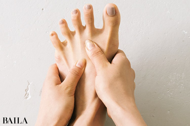 指がスムーズに動かない人は足指の骨をもみながらゆるめて