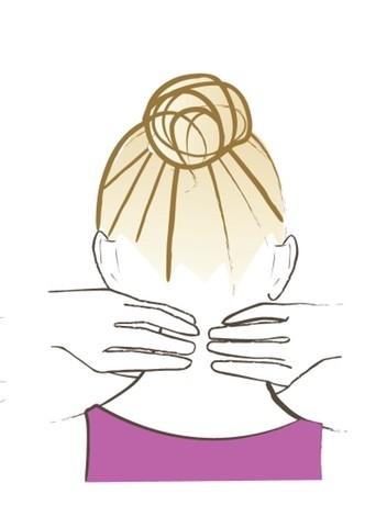 【顔筋ほぐし】親指以外の4本の指は、親指を固定するために首の後ろの骨に置く。