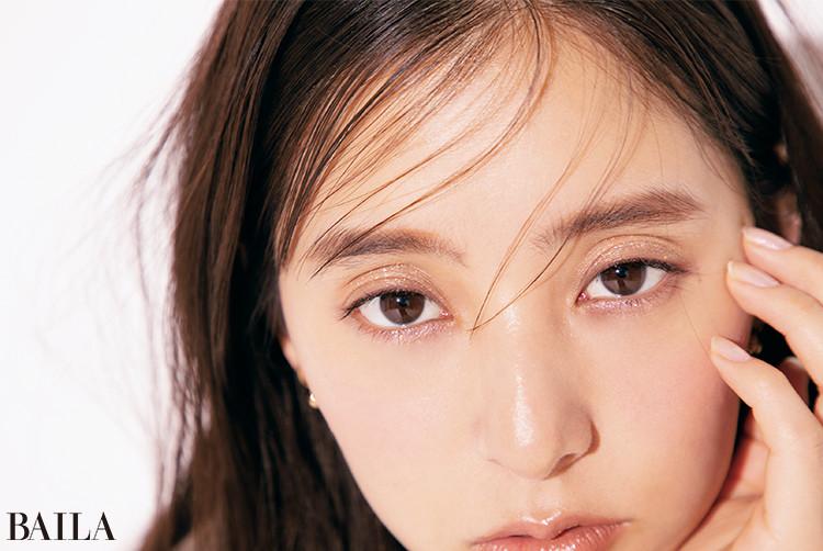 新木優子、グリッターをマニッシュにまとう