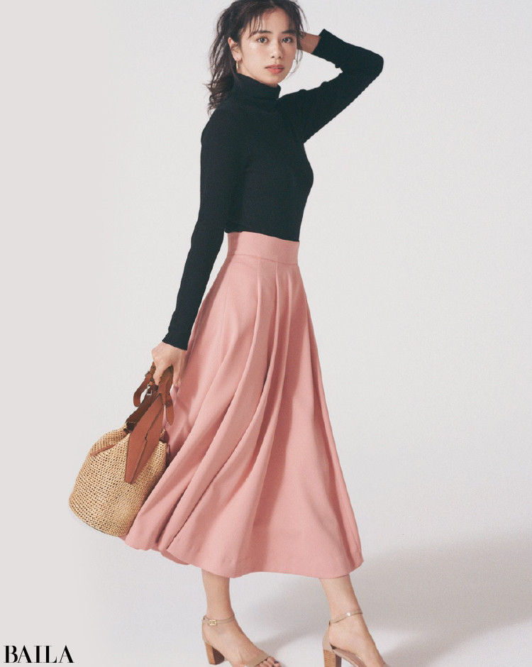 心浮き立つ春色のふんわりスカートとフレンチシックを堪能