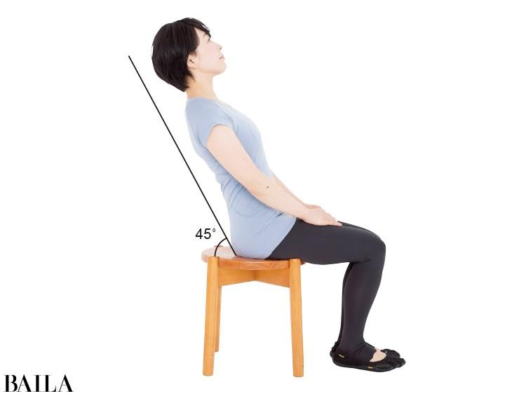そのまま足をピタリと床につけたまま、上半身をゆっくり倒していく。おなかに力を入れつつ、45度あたりまで
