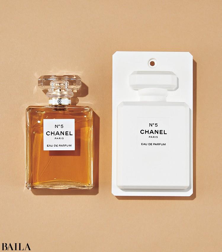 アイコニックなボトルと濃厚なフローラルの香りは、全女性の永遠の憧れ。シャネル N° 5 オードゥ パルファム 100㎖ ¥20350/シャネル(限定品)