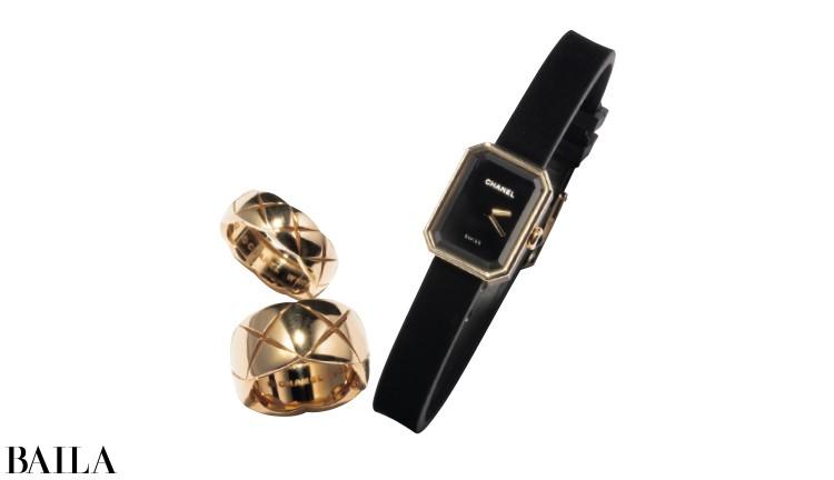 小ぶりな時計やゴールドのリングをカジュアルにミックス。時計¥450000・リング(上)(YG)¥256750・(中)(YG)¥352000・(下)(WG)¥142000/シャネル(シャネル)