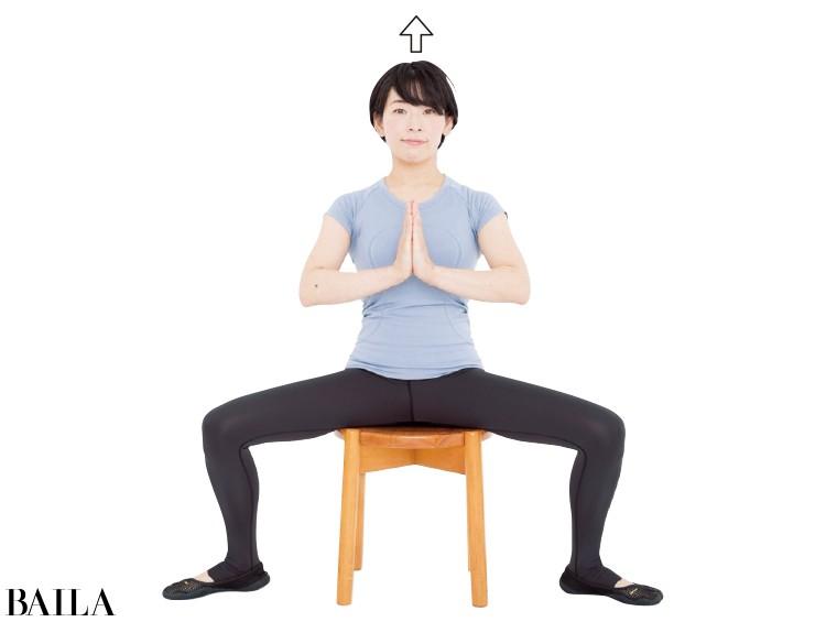まず、合掌ポーズで骨盤を立てて椅子に座る