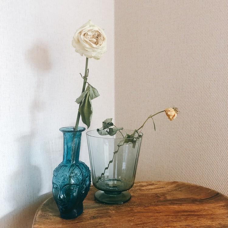 【エディターのおうち私物#22】花も料理も素敵に見える、スモークブルーのガラスの器_2