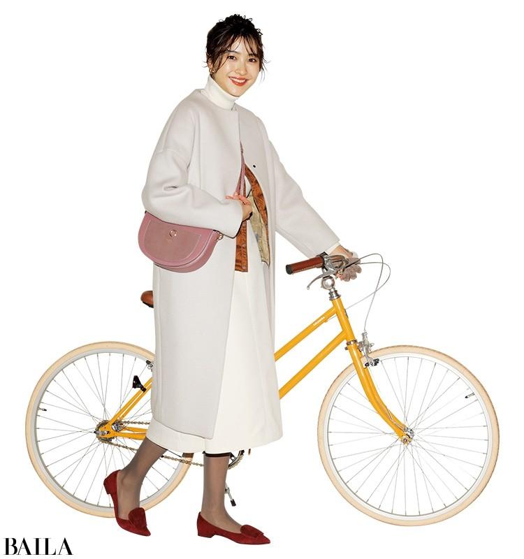 白スカートを使ったオールホワイトコーデに、暖色系アイテムを差して