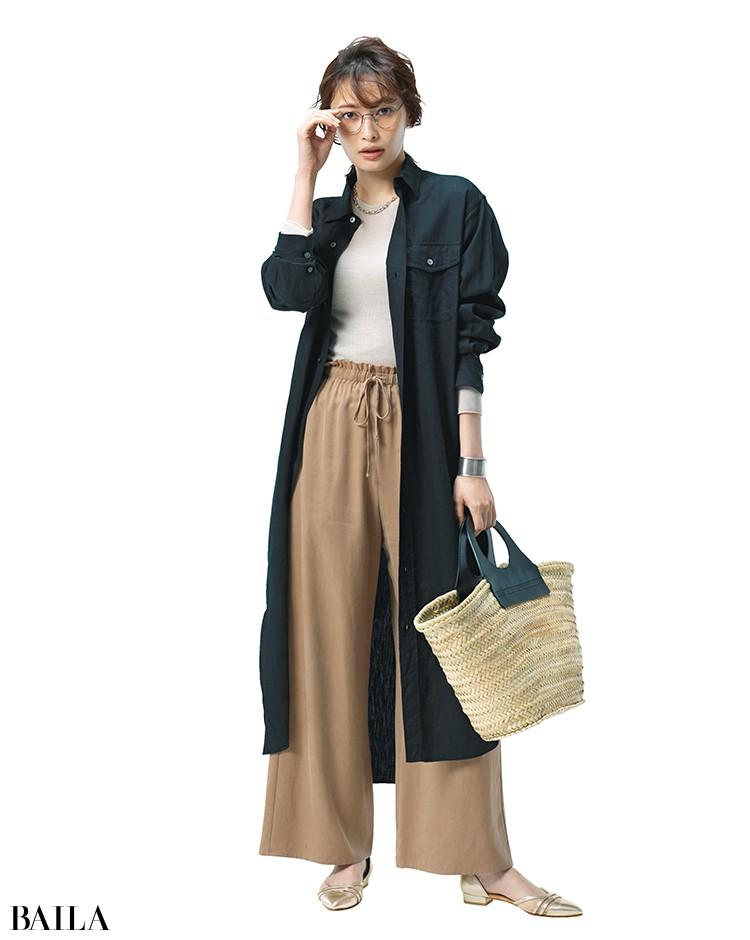 黒ロングシャツ×ベージュニット+ベージュパンツ