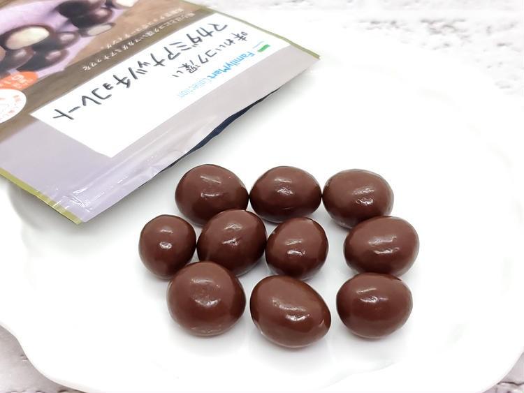 味わいコク深いマカダミアナッツチョコレートを袋から出したところ