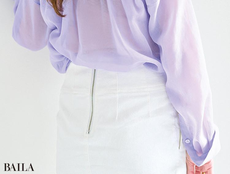 久保田舞さん  「普段からスカート派な ので、デニムスカート を愛用しています。大 人っぽいタイトシルエ ットで、後ろのジップがいいアクセントに」