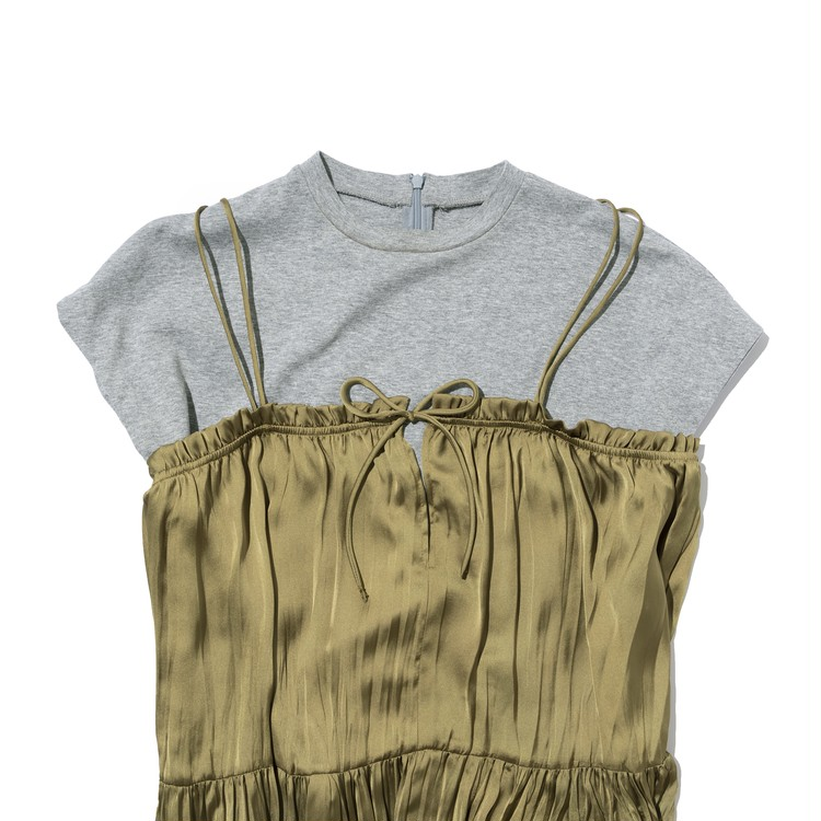 ZARAワンピースとTシャツとのレイヤード例