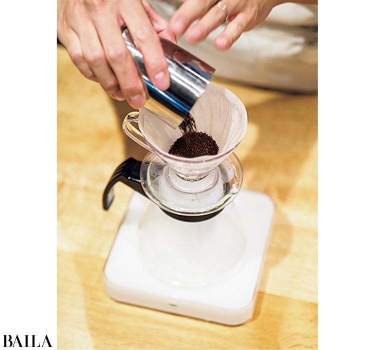 細挽きにしたコーヒーの粉を入れ、平らにならす。カップ1杯分(180㎖)につき、コーヒーの粉は12gが目安