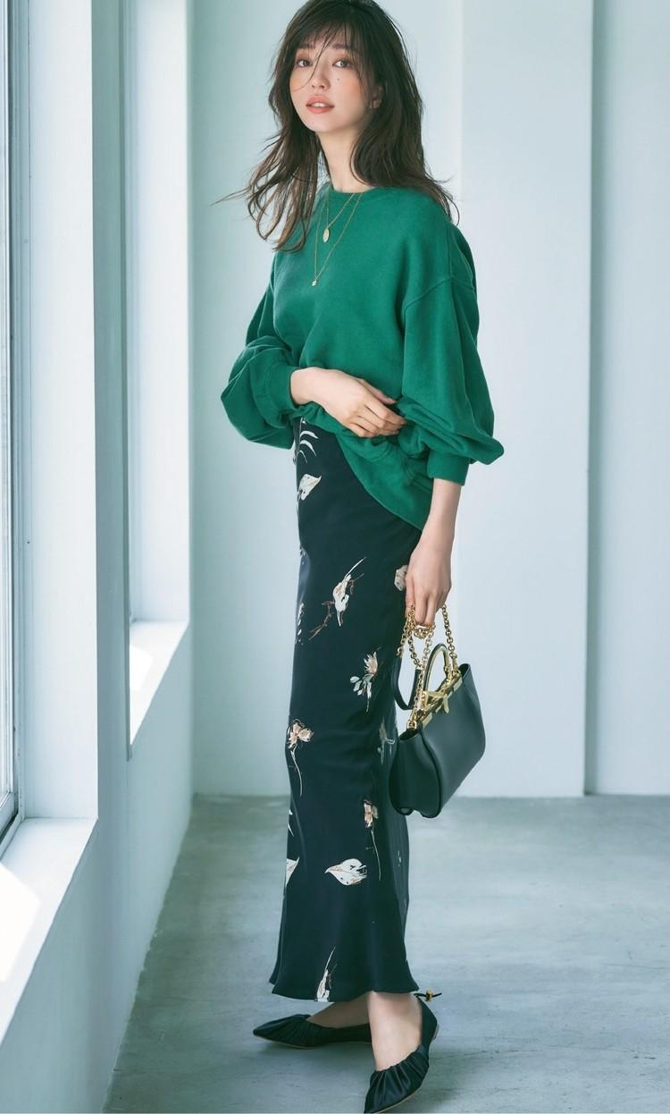 土曜日は、女らしいスカートにスウェットでラフさをMIX【30代今日のコーデ】