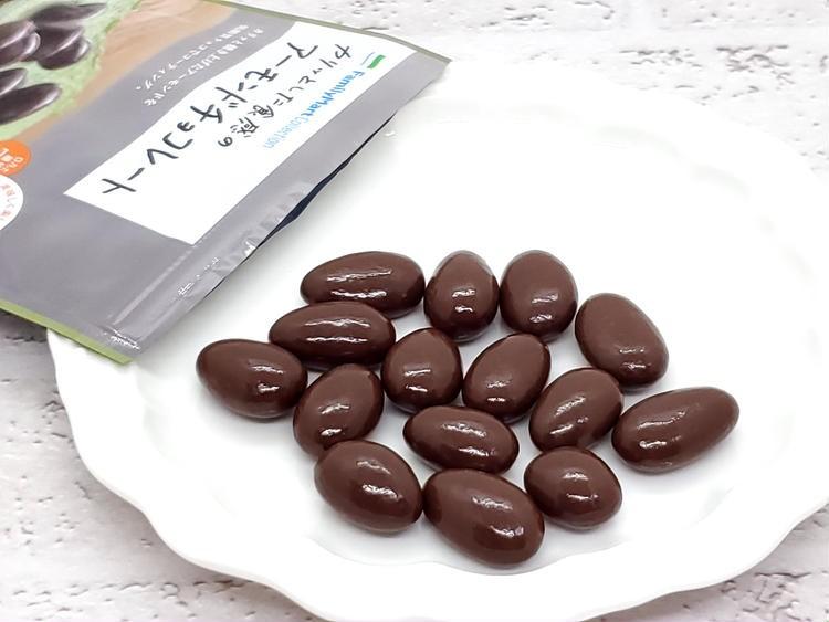 カリッとした食感のアーモンドチョコレートを袋から出したところ