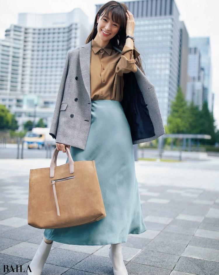 サテンフレアスカートとダブルジャケットのコーデ
