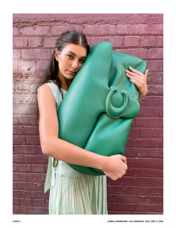"""キャンペーンのために制作された超ビッグサイズの""""Pillow Tabby""""とカミラ・モローネ"""