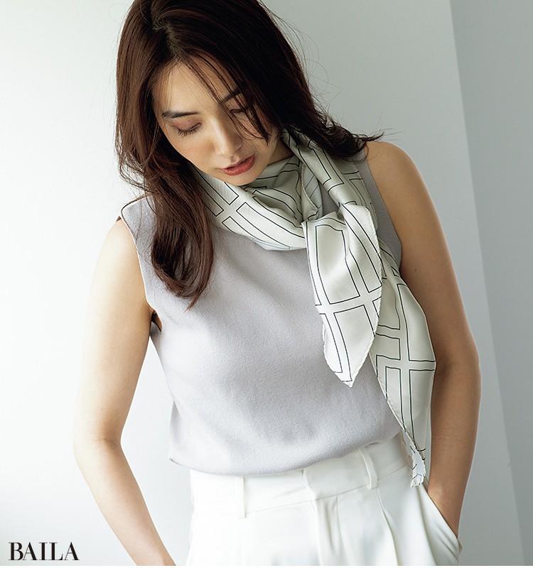 スカーフつきニット¥14300・パンツ¥15400/フレイ アイディー ルミネ新宿 2店その他/私物