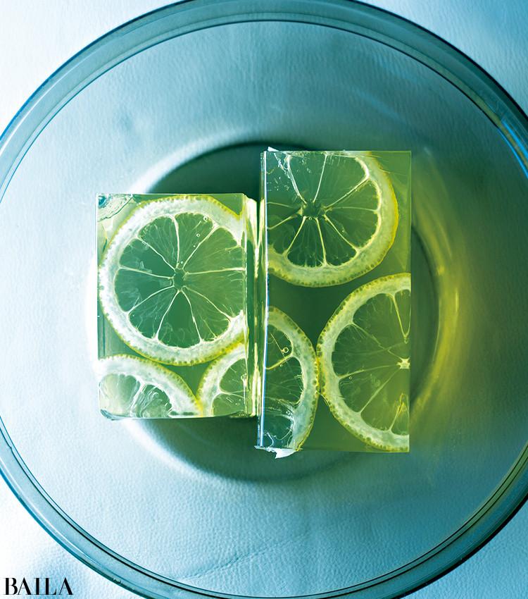 「京都で出会った夏の風物詩。レモンの輪切りをレースに見立てたレースかんは、見た目も味わいもどこかノスタルジック。少しかための寒天は、優しい甘さとレモンの香りが溶け合う」。1本(長さ20.5㎝×幅4.5㎝×高さ3㎝) ¥1296