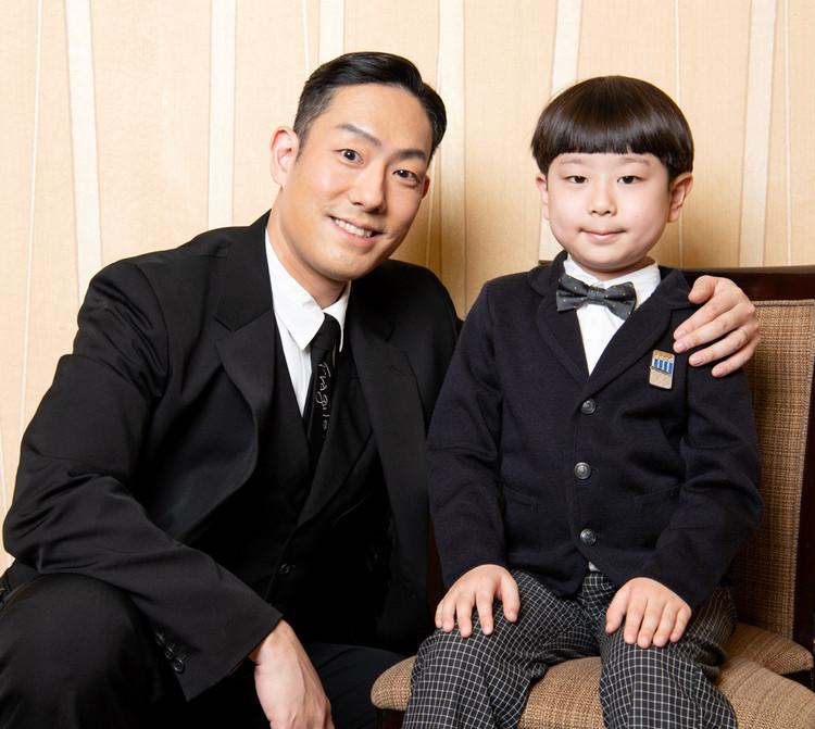 コクーン歌舞伎合同取材会で中村勘九郎と長三郎親子写真
