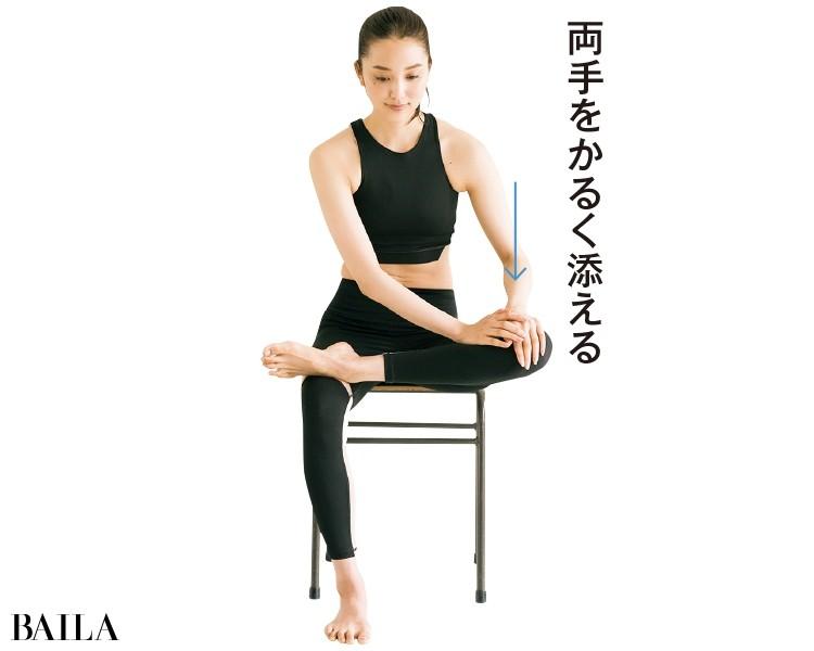 両手を左のひざにのせ、体を前傾させながら体重をかける