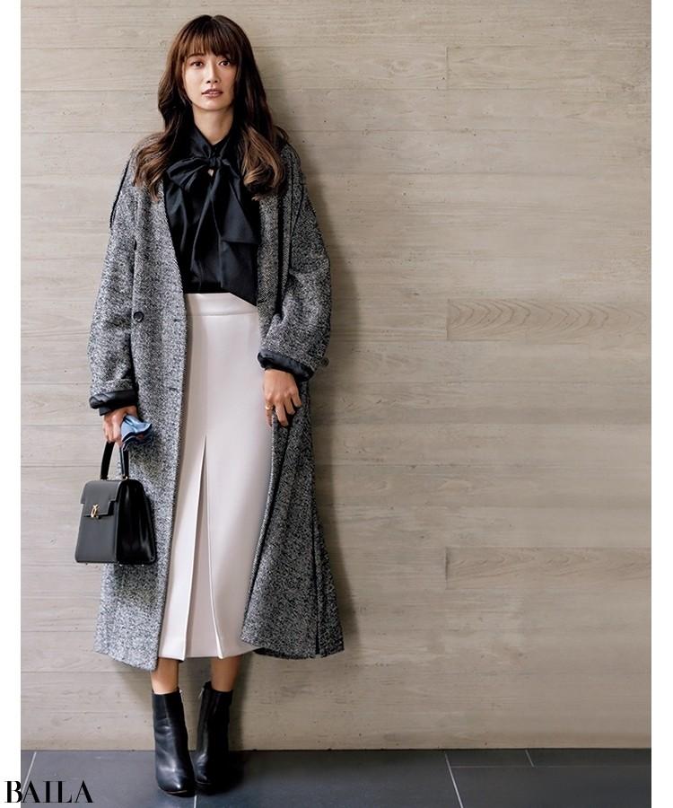 モノトーンのコートには黒のショートブーツが好相性。