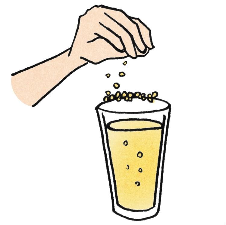 レモンピールをグラスの縁に振りかける