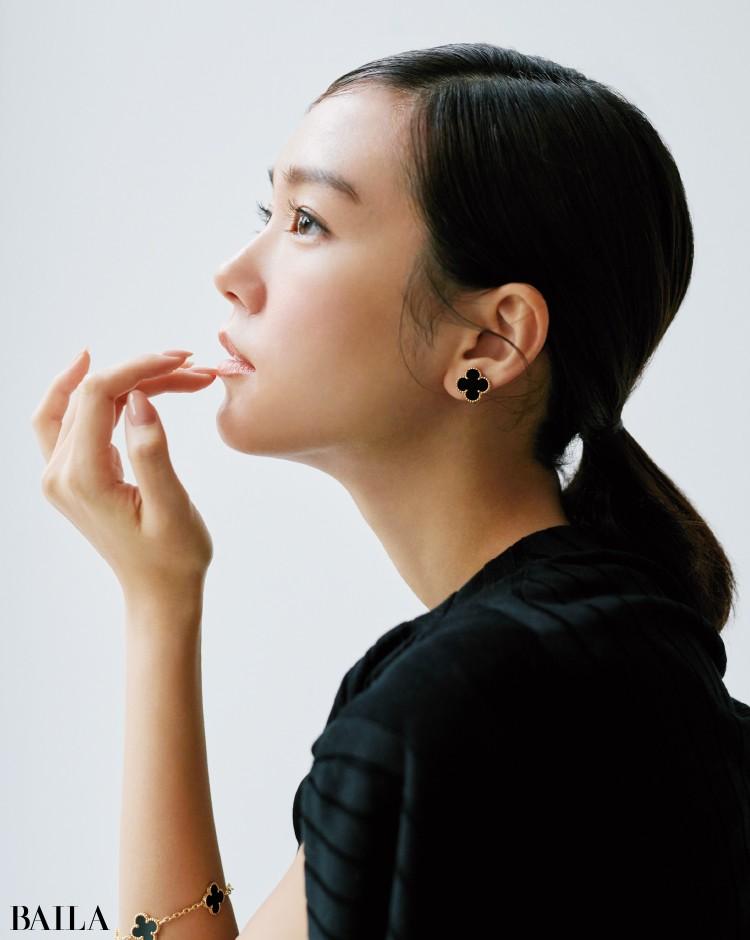 ヴァン クリーフ&アーペルのイヤリングとブレスレットを着用した桐谷美玲