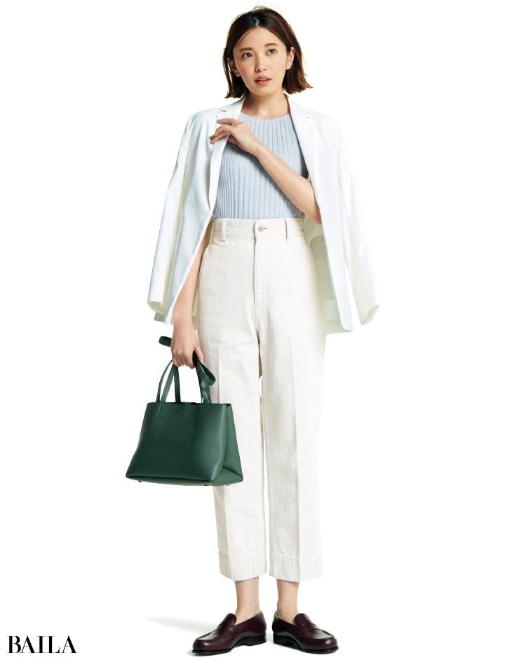 白のデニムパンツとジャケットコーデの宮田聡子