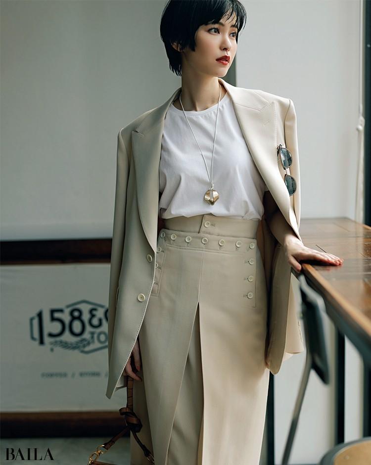 エクリュカラーのワントーンで洗練のジャケットスタイル