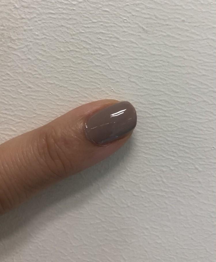 ダヴベージュのネイルを塗った指
