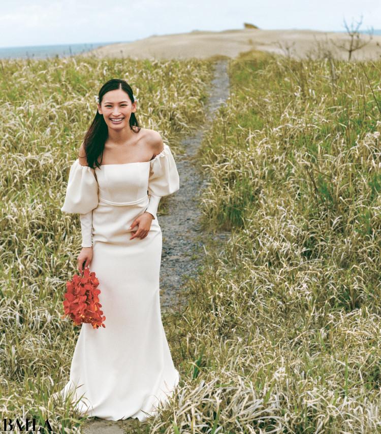 《写真に映える野外ウエディング》 旬のボリューム袖で写真映えする、大人のマーメイドドレス