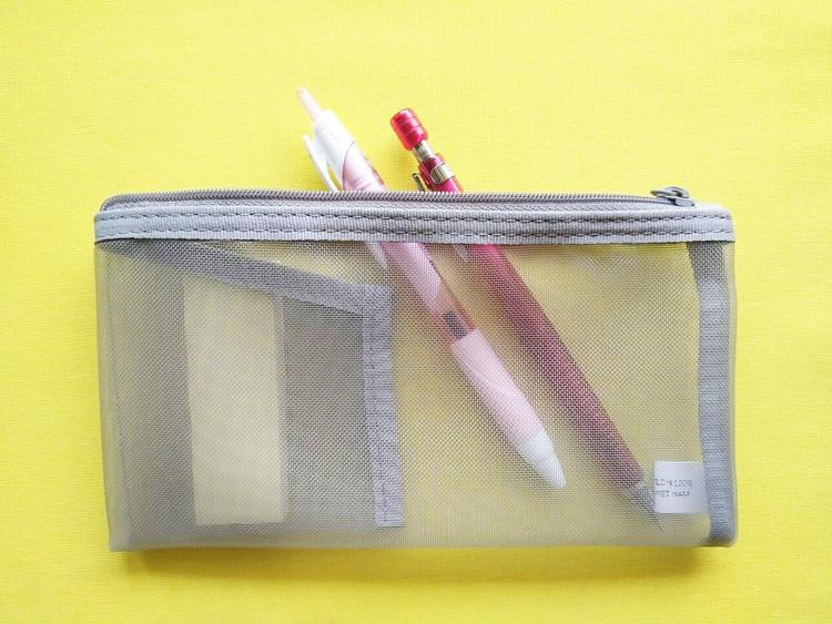 付箋とペンを入れたナイロンメッシュペンケース