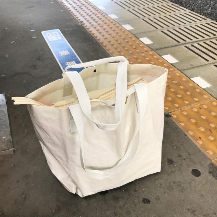 軽く丈夫で雨にも強い、無印良品のポリエチレンシート・トートバッグ(¥499)サブバッグづかい1