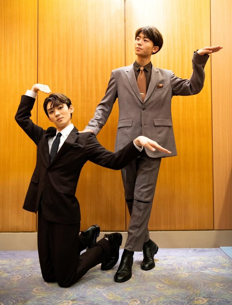 スーツで決めポーズ。八月花形歌舞伎での染五郎と團子コンビ