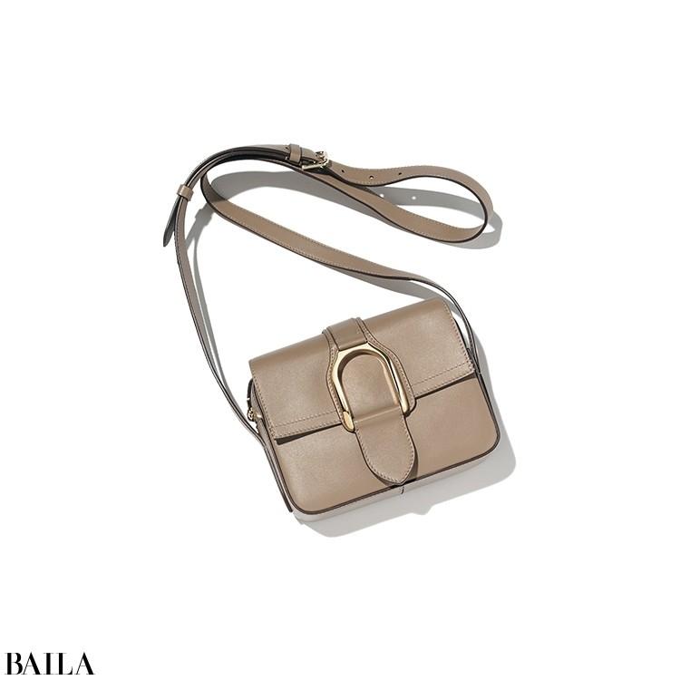 「ラルフ ローレン」最新作の洗練バッグをフィーチャー。スマートなスクエアフォルムに馬具をモチーフにしたゴールドバックルがアクセント。「上品でいてかっこいいのがこのバッグの持ち味。ベージュともグレーとも言えない色みも絶妙です。オン・オフ活躍してくれそう!」。バッグ「ウェリントン」(16×20×6)¥167200/ラルフ ローレン(ラルフ ローレン)