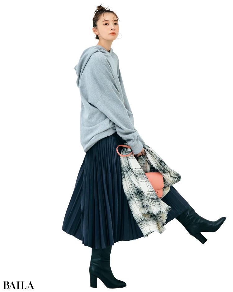 ライトグレーのフーディと濃いグレーのスカートのコーデ
