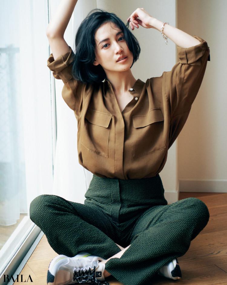 サファリ感のあるシャツコーデの藤井夏恋