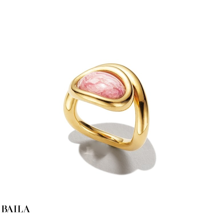パリのアクセブランド「シャルロット シェネ」に色石ジュエリーが初登場。ピンクの縞模様が印象的な天然石ロードクロサイトのリングがフェミニンに手もとを飾る。「上下向きを変えてつけると印象が変わって面白い!」。リング(K18×イエロー・ヴェルメイユ×ロードクロサイト)¥101000/エドストローム オフィス(シャルロット シェネ)☎03(6427)5901