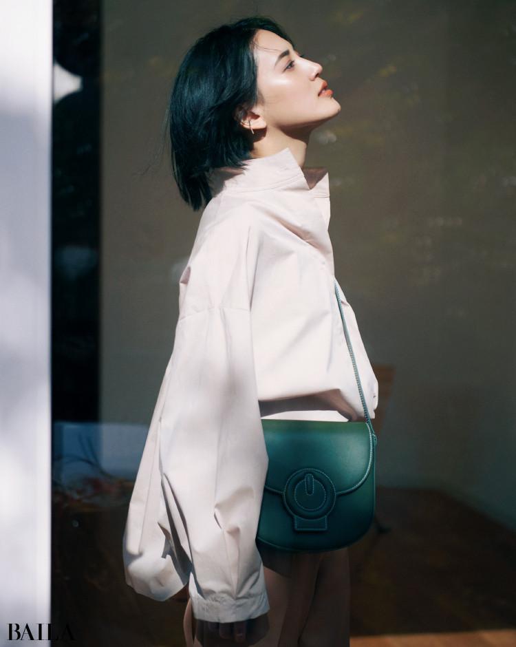 ラフな抜け感のバンドカラーシャツコーデの藤井夏恋