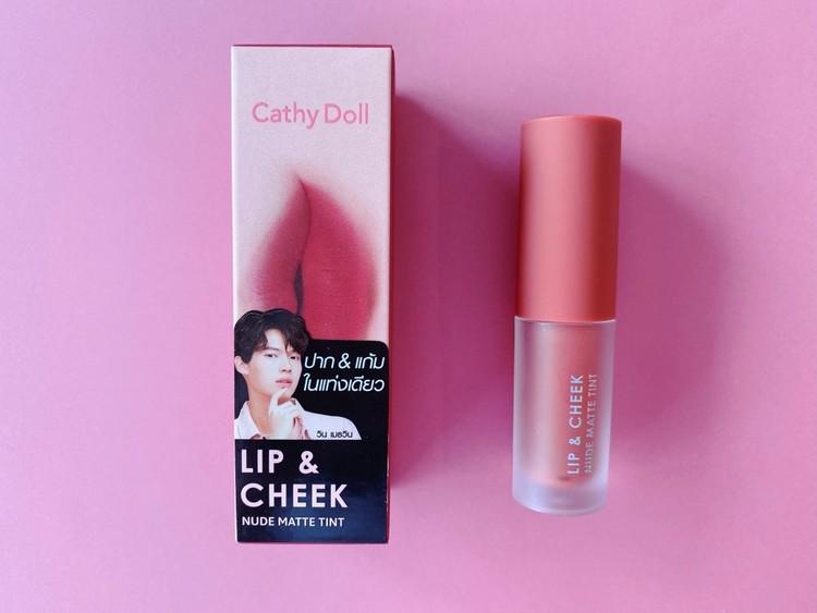 BLドラマ「2gether」のブライトとウィンがモデルとして起用されているタイの有名コスメブランド「Cathy Doll」(キャシードール)の「リップアンドチーク ヌードマットティント」のパッケージとリップを並べて、試してみた