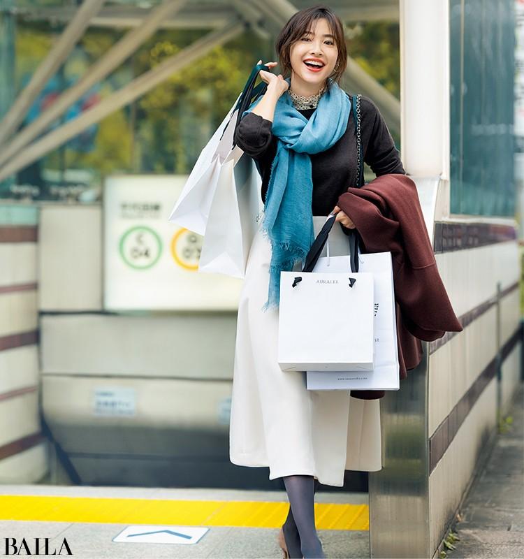移動の合間にショッピングする日は、白いスカートと茶色のパンプスをなじませ色タイツでなじませて【2019/11/28のコーデ】_1
