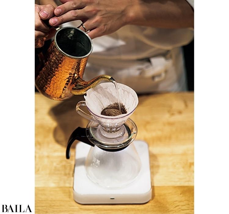 注ぎ口が細いポットや急須で90℃前後の湯を3回に分けて注ぐ。最初は粉を全体にぬらす30㎖程度を注ぎ、蒸らす