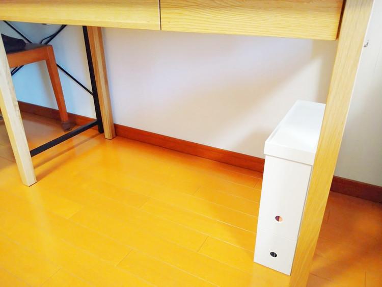 机の下に置いたファイルボックス