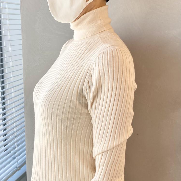 【ユニクロ(UNIQLO)】新作「ワイヤレスブラ シェイプリフト」胸も気分もキュッとアガるラクちんブラジャー 試着用写真 リブニット