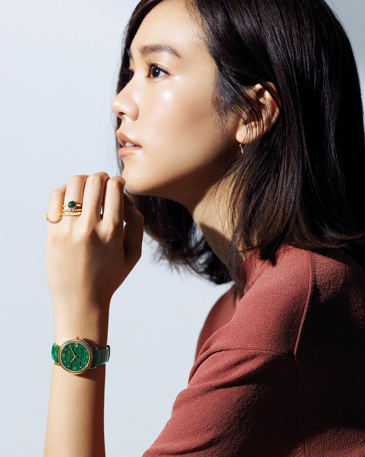 鮮やかなグリーンに独特の縞模様が入ったマラカイトのリングと、同系色フェイスの時計を主役に。グリーンは今季のトレンドカラーでもあり、意外なほど合わせる色を選ばない。