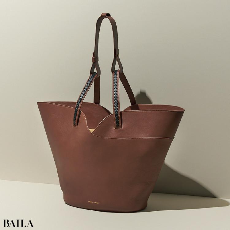 ATELIER AMBOISE《アトリエ アンボワーズ》のバッグ (32×56×16)¥64900/アマン(アトリエ アンボワーズ)