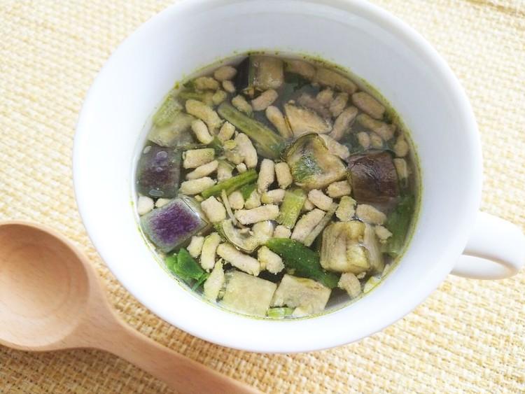 お湯を注いだ揚げ茄子と豚肉の生姜スープ