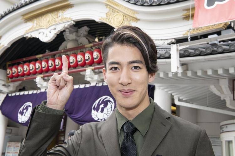歌舞伎座前でポーズをとる尾上右近さん