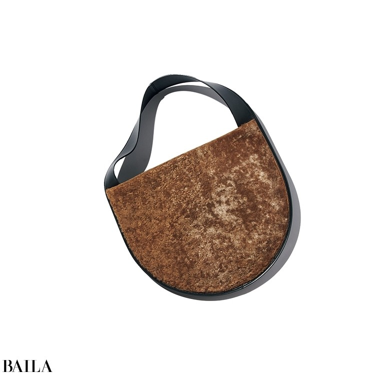 デザイン性と収納力を両立した人気バッグに、秋冬らしいシープスキン素材を使った新作が仲間入り。黒レザーとの組み合わせがモダン。「モコモコ感が愛らしくて癒される。平日から休日まで活躍してくれそう」。バッグ「LUNE SMALL」(30×26×3)¥198000/ジルサンダージャパン(ジル サンダー バイ ルーシー アンド ルーク・メイヤー)☎0120-919-256