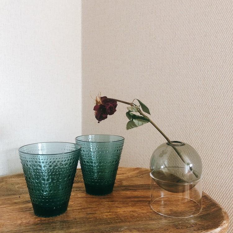 【エディターのおうち私物#22】花も料理も素敵に見える、スモークブルーのガラスの器_4