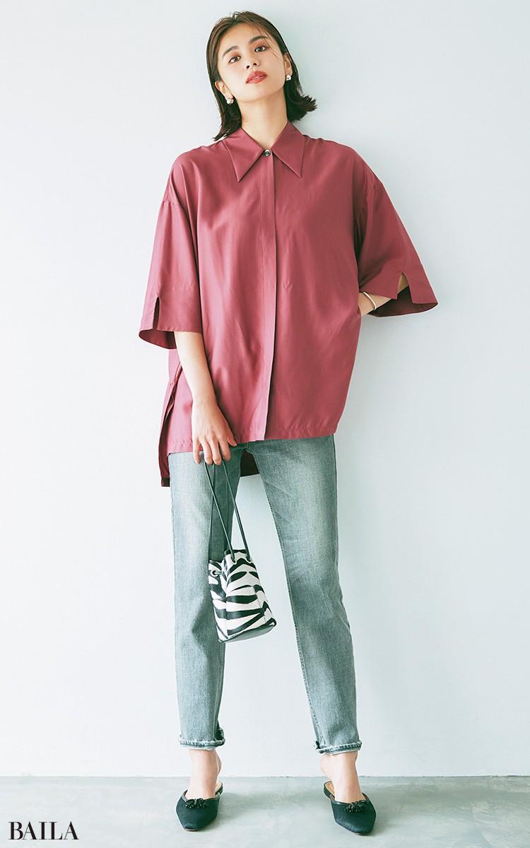 色落ちデニムとの ワンツーがたちまち艶めく 深いワインカラーのシャツ